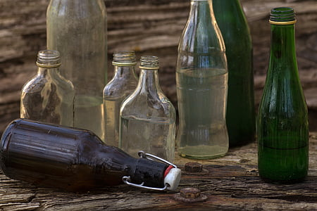 bodegons, taula de fusta, ampolles, il·luminació, en la