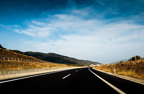 asfalt, modrá obloha, oblaky, Betónové bariéry, Rýchlostná cesta, plot, Diaľnica