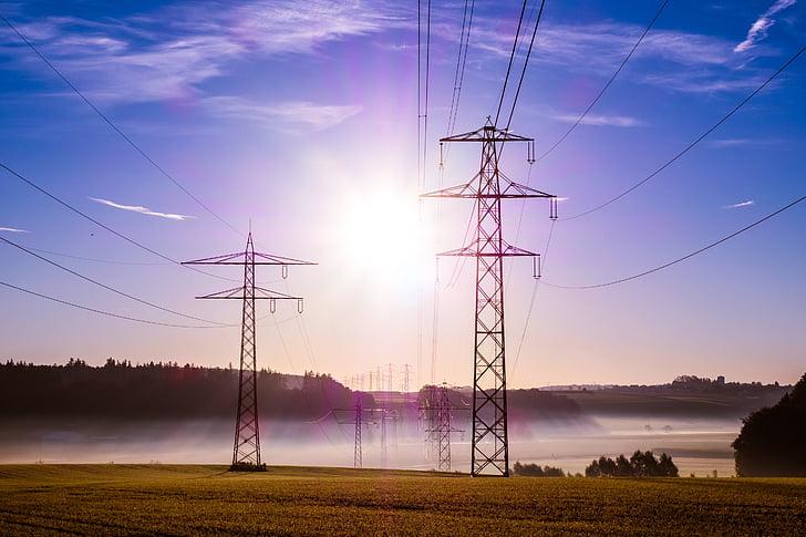 macht-Polen, bovenste lijnen, elektrische leidingen, hoogspanning, zonsopgang, wolken, mist