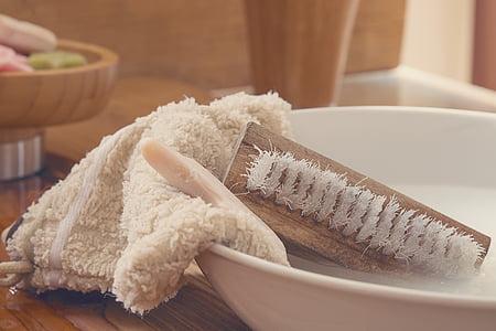 drap, raspall de mà, raspall de rentar, sabó, bol de rentat, l'aigua, aigua i sabó