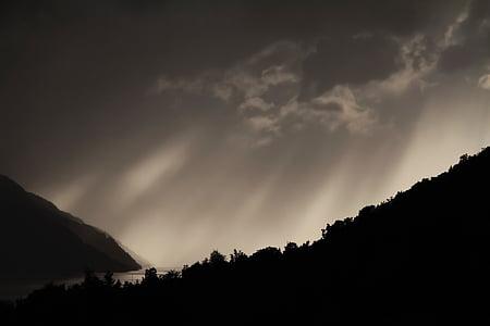 siluetas, kalnų, spindulių, medžiai, debesys, dangus, tamsus