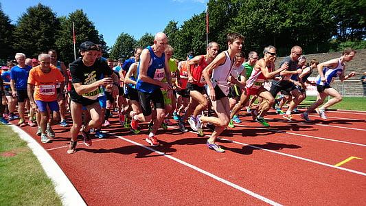 începe, distracţie a alerga, cursa, strada rulează, sportivi, execută, jogging