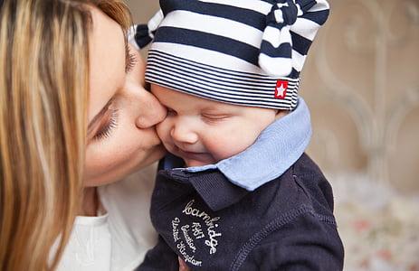 bebé, bebé con mamá, beso de madre, sensibilidad, día de las madres, día de la madre, familia