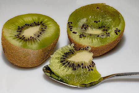 Kiwi, Kiwi halvdele, kinesisk stikkelsbær, ausgelöffelte i stedet, skeen, papirmasse, vitaminer