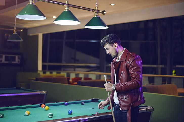 Guy hraje kulečník, kulečníkový stůl, muži, arkádové hry, snookeru, Cue, hospoda