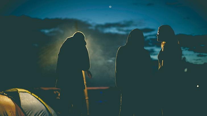 trīs, cilvēki, pastāvīga, netālu no, telts, meitenes, kempings