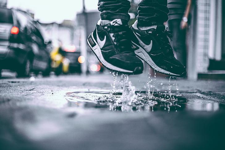 després de la pluja, salt, saltant, levitar, bassal, sabates, sabatilles d'esport