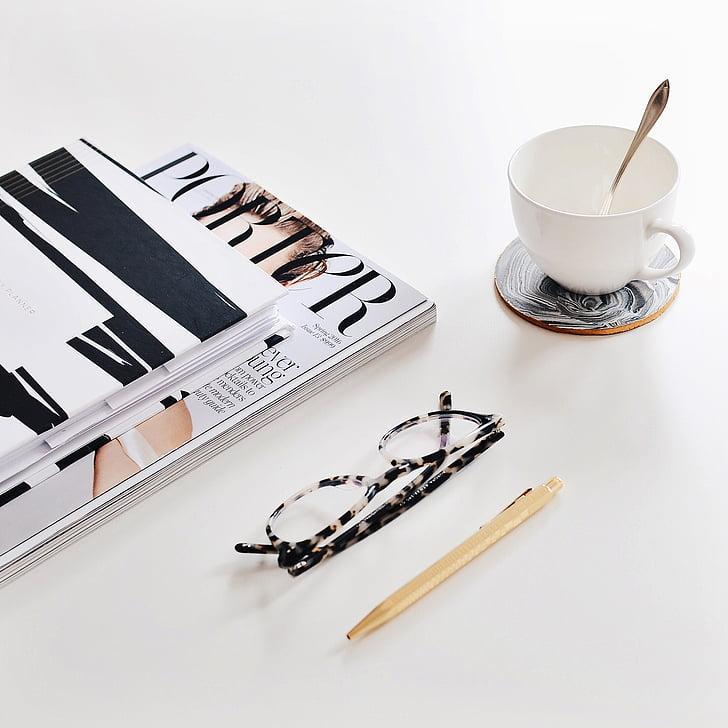 Raamatud, ajakiri, pliiatsi, prillid, kohvi, Break, töö