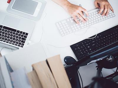 isiku, kirjutades, juhtmega, Magic, klaviatuuri, MacBook, sülearvuti