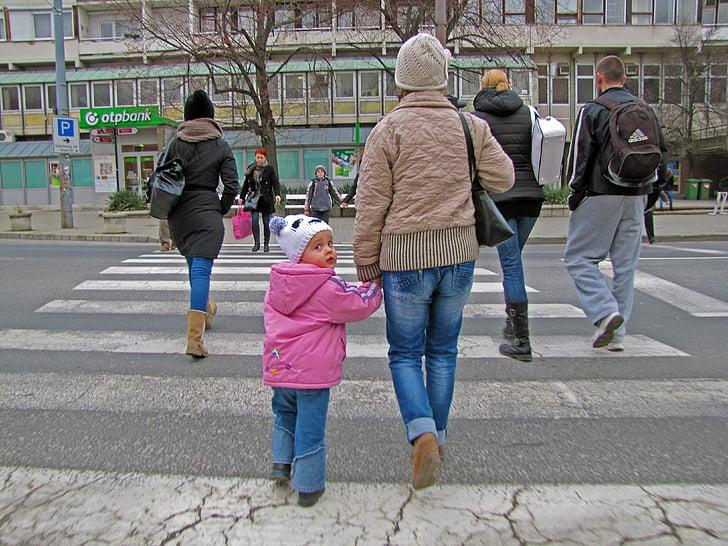 Kid, malá holčička, chůze, malé dítě
