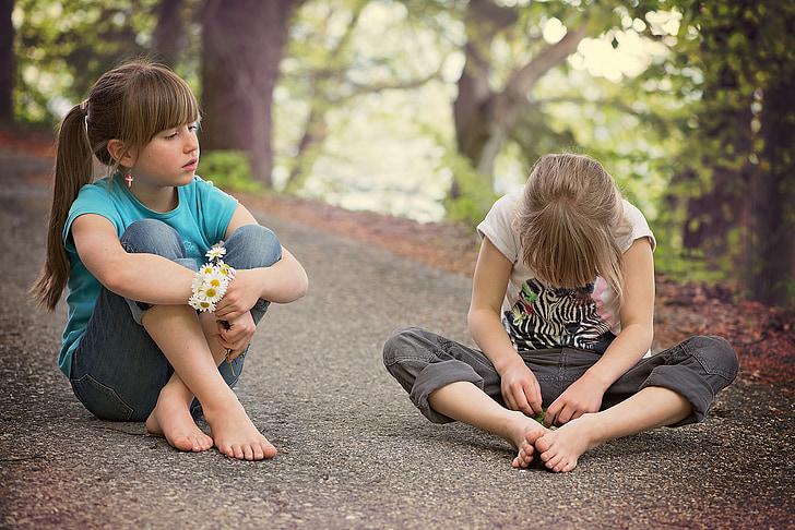 deti, ľudské, dievča, posedenie, hovoriť, cestné, vzdialenosť