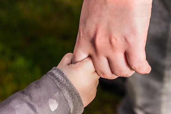 handen, peuter hand, kind hand, kleine vuist, vast te houden, Houd uw wijsvinger, vertrouwen