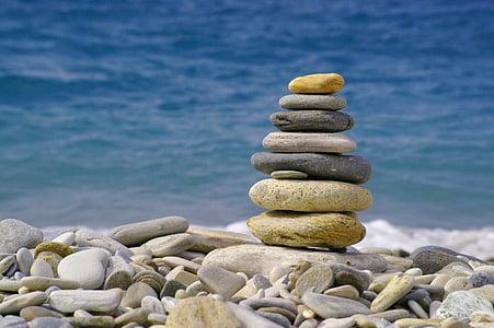 Sonne, Meer, Sonne und Meer, Wasser, Kiesel, Steinen, angehäuft oben auf