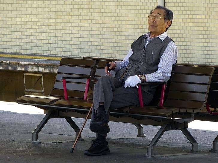 Jaapani, vana mees, istudes, vanaisa, mõtlemine, Pink, jalutuskepi