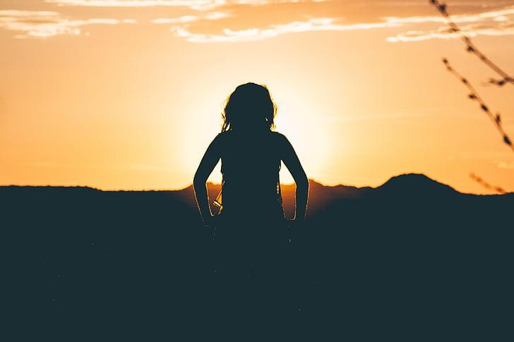 siluett, Flicka, inför, Horisont, solnedgång, barn, Sunrise sunset
