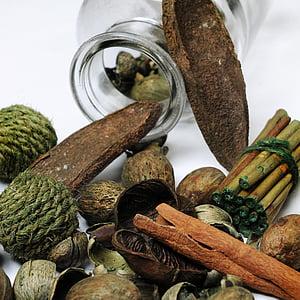 teenetemärgi, looduslikud materjalid, puit, pruunides, käpard, kaneeli