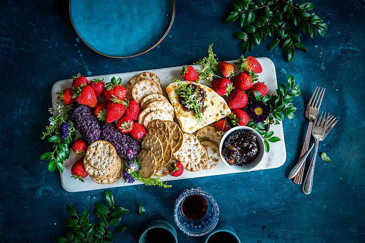 maasikad, biskviit, kreekerid, tee, jook, veini, toidud