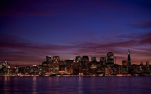 ēkas, pilsēta, pilsētas apgaismojums, cilvēki un kultūra, nght, naktī, nightscape