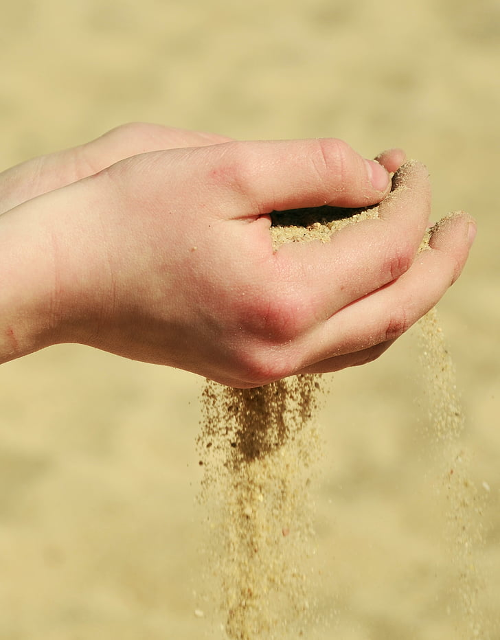 rokas, smilts, izkausēt prom, paplātes, simbolika, pludmale, vasaras