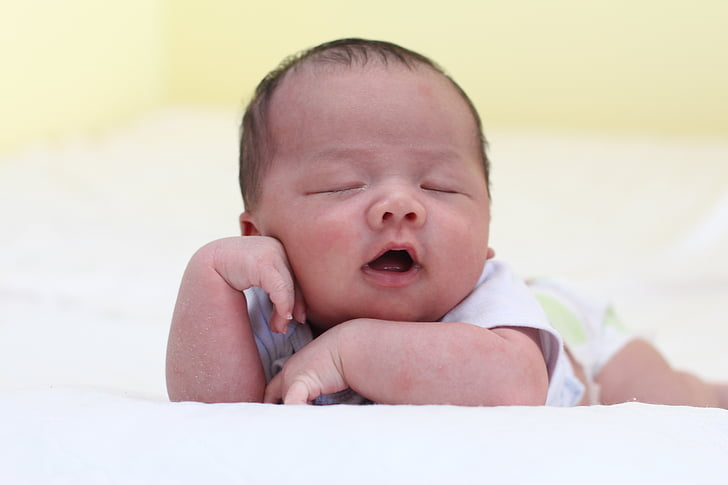 nadó dormint, nadó dormint, somiant, nadó, tristesa, només els nadons, angoixada