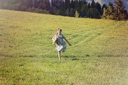 το παιδί, Κορίτσι, Λιβάδι, Εκτελέστε, αρκουδάκι, φύση, χαρά