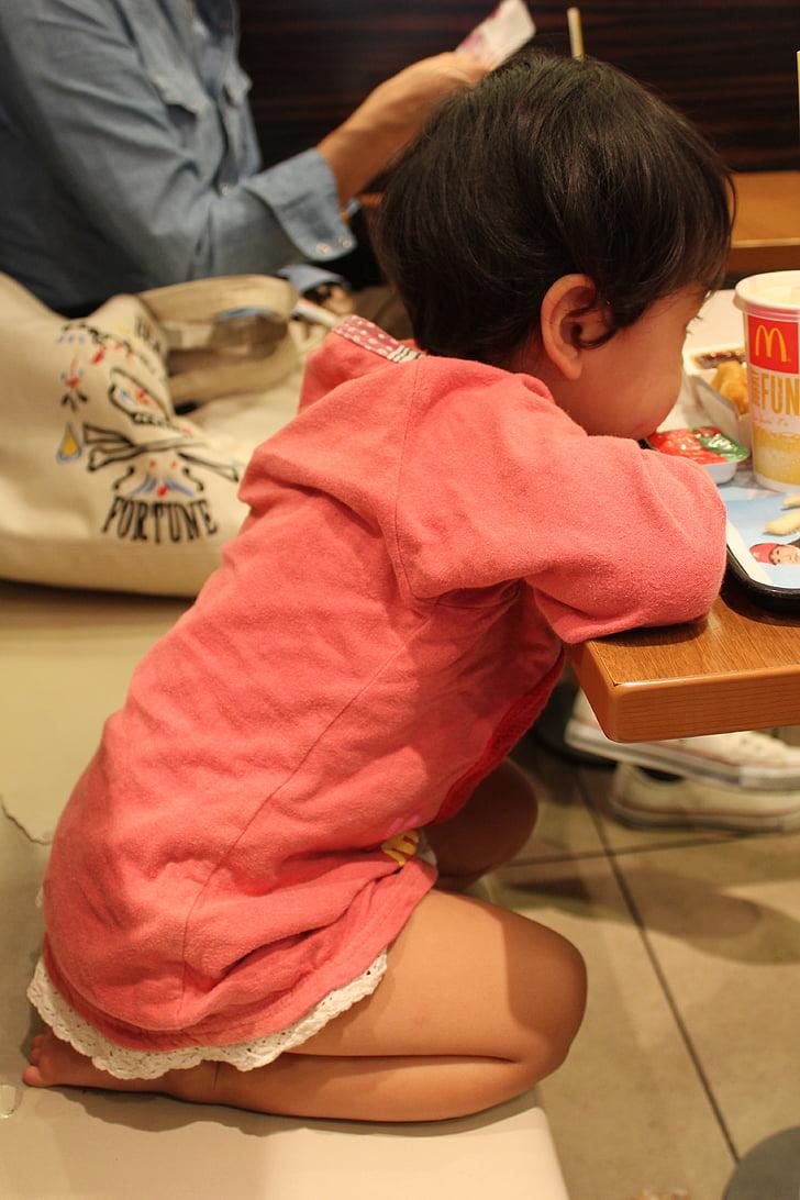 Neonata, bambino, rabbia, malcontento, in attesa, seduto al tavolo, pranzo