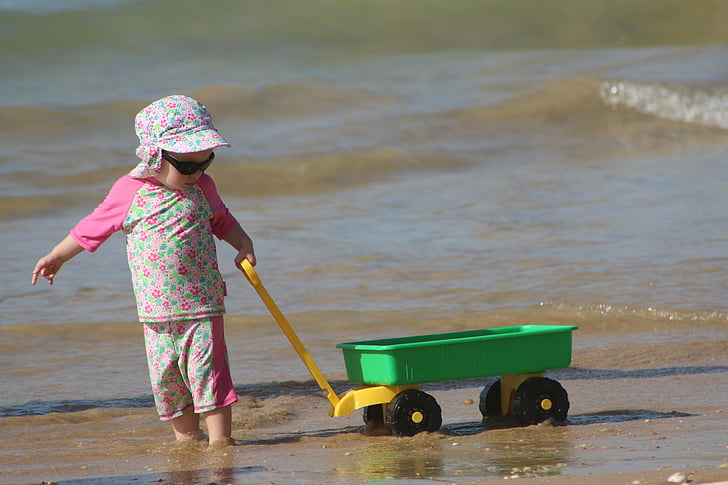 nen jugant, platja, nens jugant, jugant a la sorra, nen, l'alegria d'infant, jugant