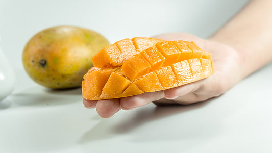 μάνγκο, φέτα, στο χέρι, Κίτρινο, απομονωμένη, κύβος, φρούτα