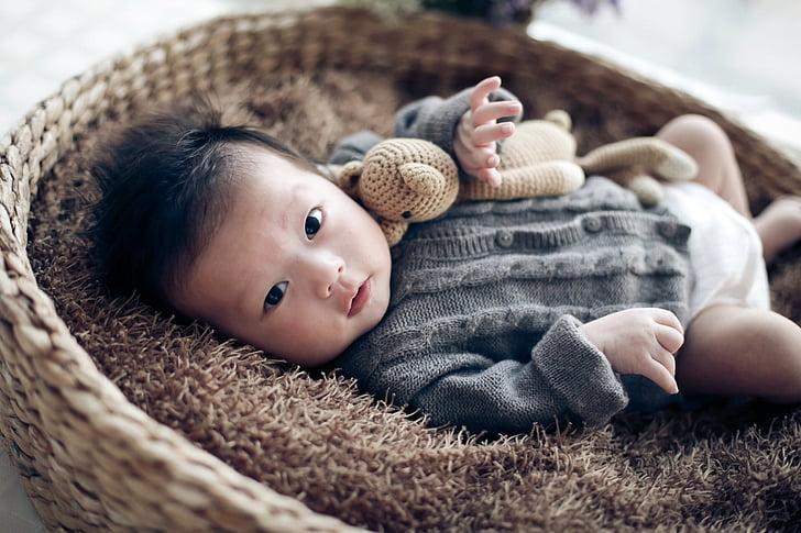 Baby, Laste, beež, sada päeva, pikali, Vaadates kaamera, portree