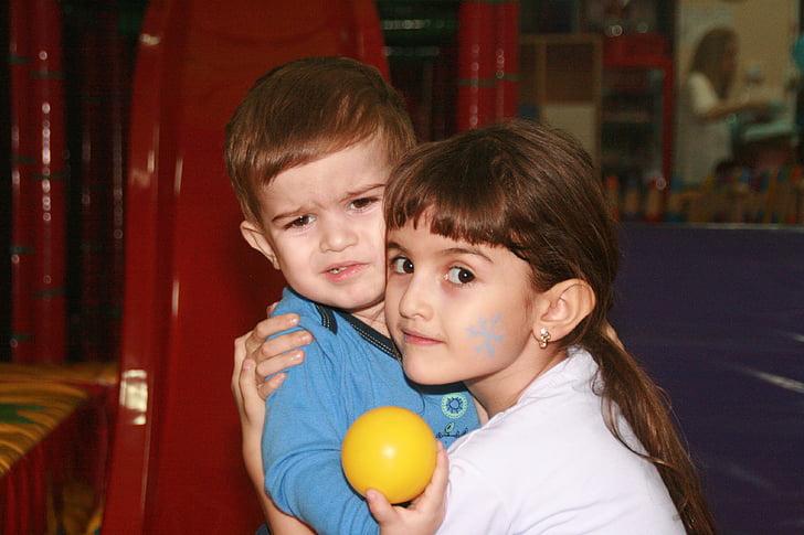 germà, germana, parc infantil, l'amor, innocència, parell