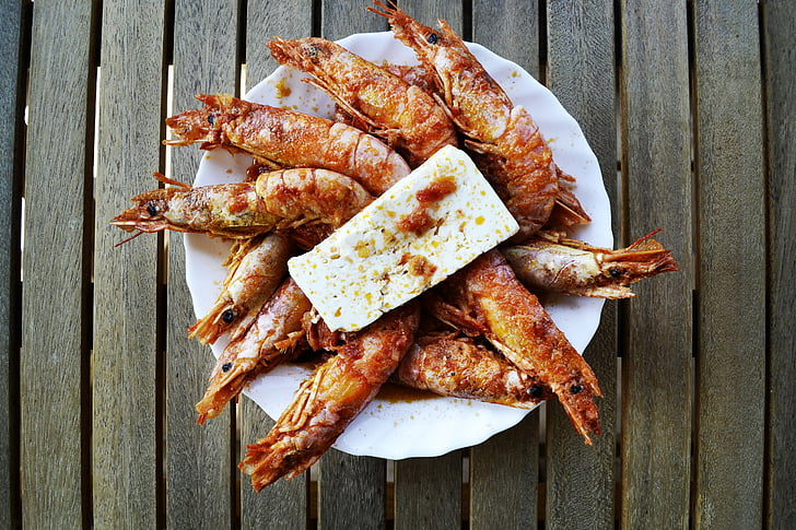 räkor, fisk och skaldjur, feta, fetaost, grekisk mat, guldpläterade mat, mat fotografering