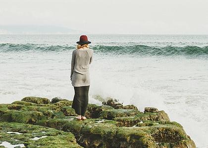 femme, debout, face à, vague, mer, chapeau, océan