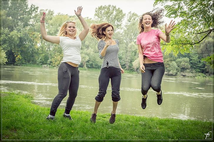 šokinėja, šuolis, laimingi žmonės, moteris, moteris, gražu, gražus, parkas