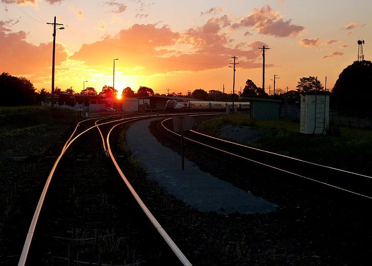 a la pista, Via de ferrocarril, ferrocarril, posta de sol, tren, estació de tren, ferrocarril