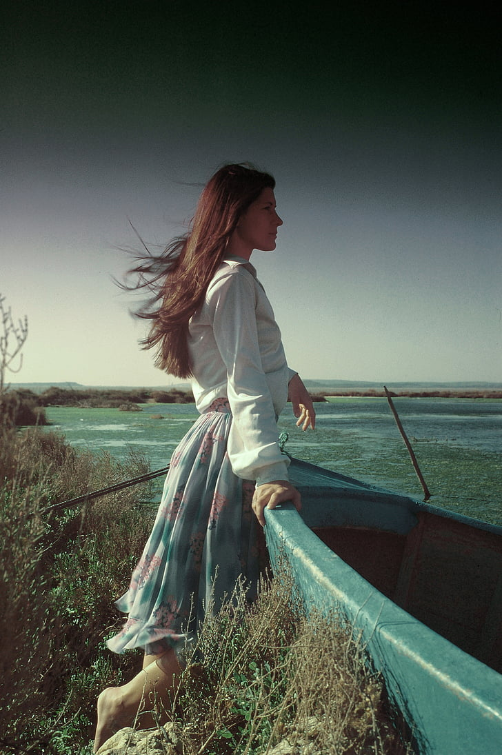 jaunā sieviete, gariem matiem, jūra, sapņainā, tikai sievietēm, vienai personai, tikai viena sieviete