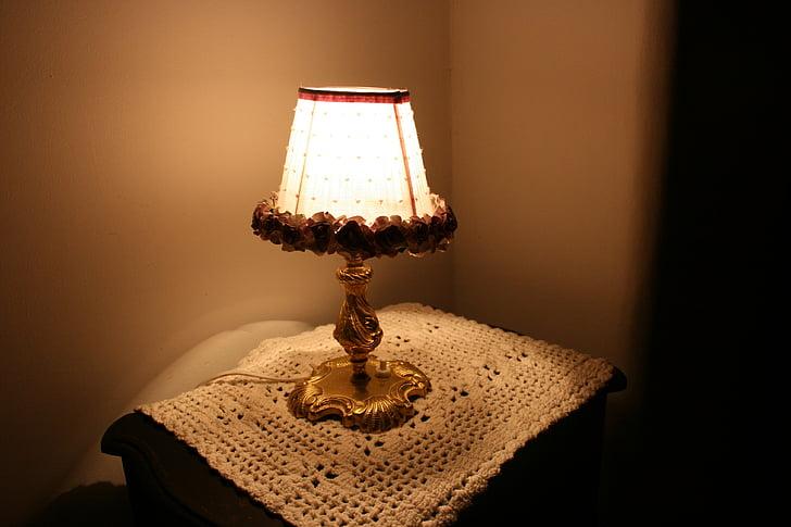 lámpa, Éjjeliszekrény, horgolt törölköző