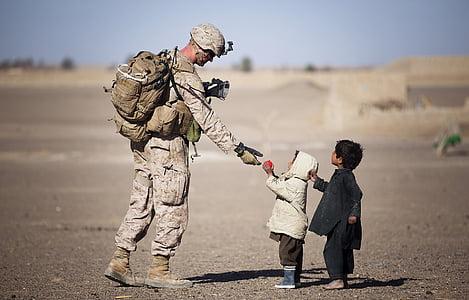 soldat, militära, enhetlig, amerikansk, gåvor, barn, unga