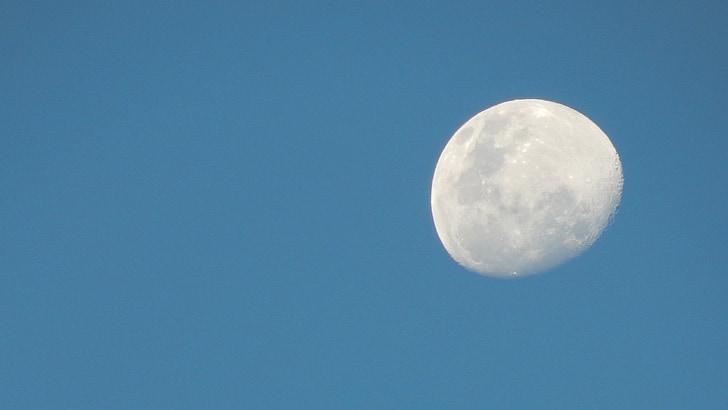 Луната, ден, небе