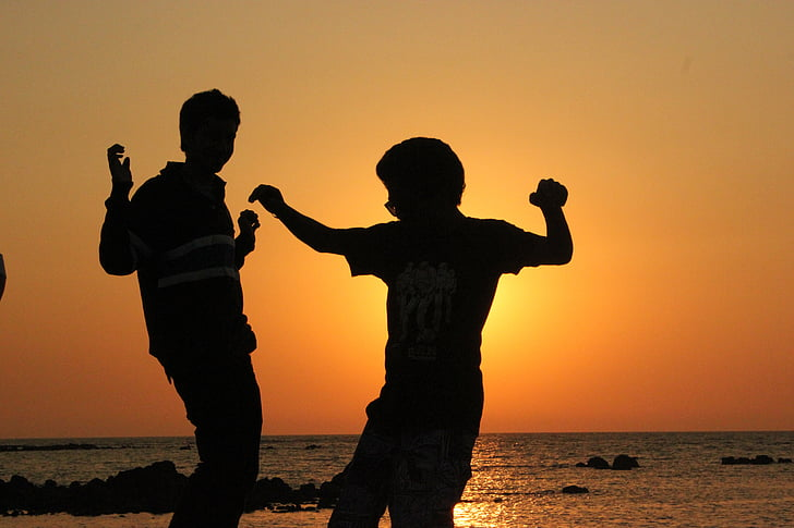 niños, disfrutando de, amigos, siluetas, Playa, Océano, jugando