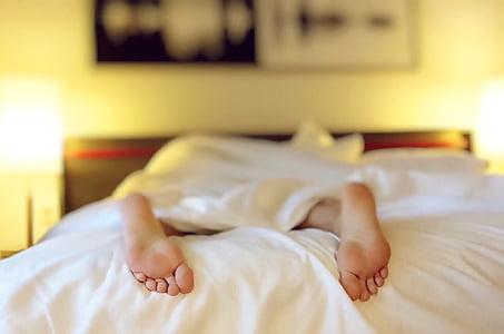 spanie, zmęczony, łóżko, stopy, sypialnia, pomieszczeniu, rano