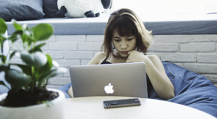 dona de negocis, portàtil, MacBook, pro de MacBook, smartphone, dona, treballant