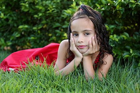 noia a la recerca, noia al jardí, model de, nen, família, herba verda, vestit vermell