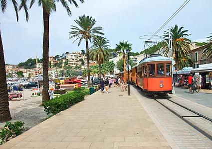 Mallorca, Port de Soller városában, sétány, villamos, pálmafák