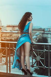 tüdruk tagasi pikk kleit, sinine, käed, Ilu, naine, istudes, stiil