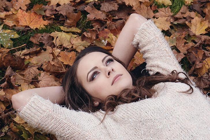 skaista meitene, parkā, guļ uz lapām, rudens portrets, romantisks, parks, sajūta