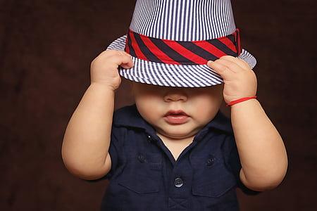 Baby, băiat, pălărie, acoperite, ochii, joc, fotografii