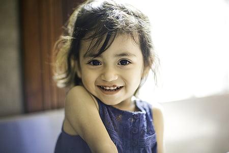 Tyttö, Bella, Sievä, lapsi, lapsuuden, vain lapsille, hymyillen
