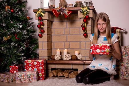 Ajunul Anului Nou, cadouri, copii, fată, Ornament, minge de ajunul Anului Nou, vacanta