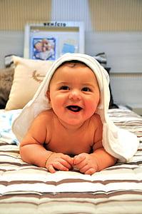 Bebe, lapsi, vauva, kylvyn jälkeen, hymy, Iloinen, Söpö