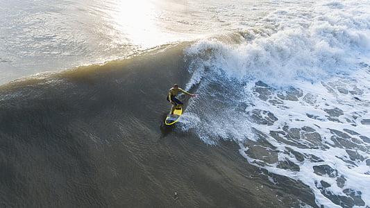 Mann, Schwarz, kurze Hosen, Reiten, gelb, Surfbrett, Meer